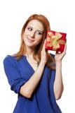 Девушка с присутствующей коробкой. стоковая фотография