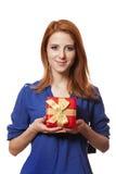 Девушка с присутствующей коробкой. стоковые изображения