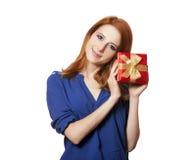 Девушка с присутствующей коробкой. стоковые фотографии rf