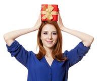 Девушка с присутствующей коробкой. стоковое фото