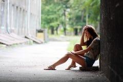 Девушка с проблемами напольными стоковые фото