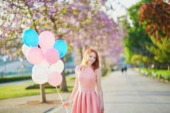 Девушка с пуком воздушных шаров в Париже стоковое изображение rf