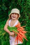 Девушка с пуком свеже морковей Стоковые Изображения