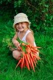 Девушка с пуком свеже морковей Стоковые Изображения RF