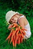 Девушка с пуком свеже морковей Стоковая Фотография RF