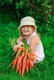 Девушка с пуком свеже морковей Стоковые Фото