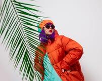 Девушка с пурпурными волосами в куртке с наушниками стоковые фотографии rf