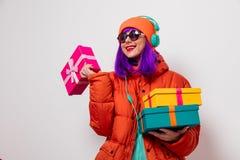 Девушка с пурпурными волосами с наушниками и подарками стоковое изображение rf