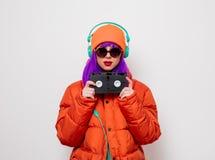 Девушка с пурпурными волосами с наушниками и VHS стоковые фотографии rf