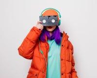 Девушка с пурпурными волосами с наушниками и VHS стоковая фотография rf
