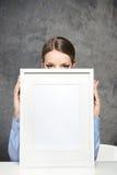Девушка с пустой рамкой стоковые изображения rf