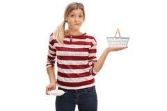 Девушка с пустым карманн и корзиной для товаров стоковое изображение