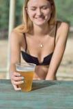Девушка с пластичной чашкой пива стоковая фотография rf