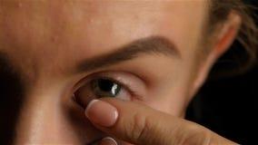 Девушка с плохим зрением извлекает объектив конец вверх движение медленное акции видеоматериалы