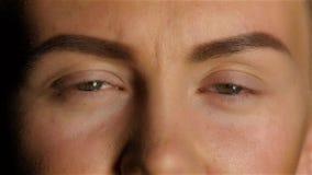Девушка с плохим зрением к вздрагиванию в боли конец вверх движение медленное сток-видео