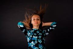 Девушка с развивать длинные волосы на черной предпосылке стоковая фотография