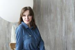 Девушка с раздувным белым шариком Стоковая Фотография