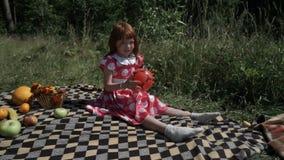 Девушка с раздувным шариком на луге акции видеоматериалы