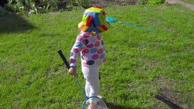 Девушка с ракетками бадминтона сток-видео