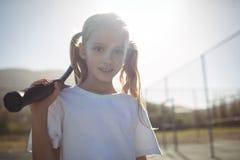 Девушка с ракеткой тенниса на солнечный день Стоковые Фотографии RF