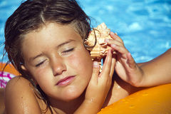 Девушка с раковиной Стоковые Изображения