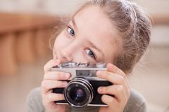 Девушка с ретро камерой делает фото стоковые фотографии rf