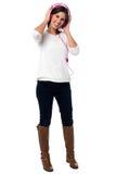 Девушка с розовыми наушниками стоковые изображения