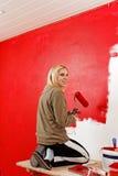 Девушка с роликом краски. Стоковое Изображение RF