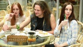 Девушка с друзьями в кафе видеоматериал