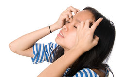 Девушка с руками на волосах слепо стоковые фотографии rf
