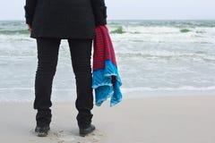 Девушка с связанной шалью на пляже моря Стоковое Изображение RF