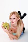 Девушка с связкой винограда Стоковые Изображения