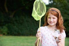 Девушка с сетью и бабочка в стеклянном опарнике Стоковые Фотографии RF