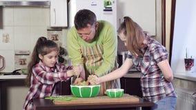 Девушка с Синдромом Дауна и сестра замешивают толстое тесто акции видеоматериалы
