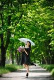 Девушка с сиренью и зонтиком Стоковое Изображение