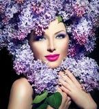 Девушка с сиренью цветет стиль причёсок стоковые фотографии rf