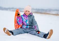 Девушка с скелетоном поддонника на снеге Стоковая Фотография RF