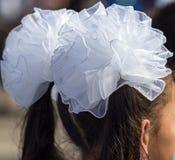 Девушка с смычками белизны на ее голове Стоковое фото RF