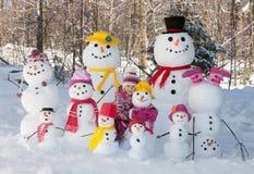 Девушка с снеговиками стоковые фотографии rf
