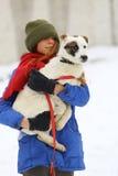Девушка с собакой в парке зимы Стоковые Фотографии RF