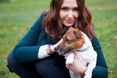 Девушка с собакой в парке Стоковая Фотография