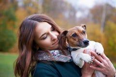 Девушка с собакой в парке Стоковое Изображение
