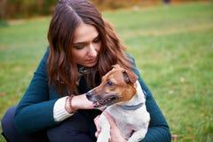 Девушка с собакой в парке Стоковые Фотографии RF