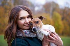 Девушка с собакой в парке Стоковые Фото