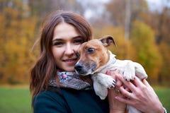Девушка с собакой в парке Стоковое Фото