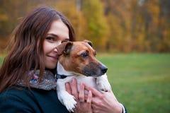 Девушка с собакой в парке Стоковые Изображения