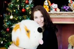 Девушка с собакой игрушки стоковые изображения