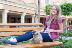 Девушка с собакой на стенде стоковое фото rf