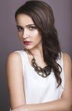 Девушка с совершенной кожей и розовыми губами Стоковое Фото