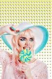 Девушка с составом в стиле искусства, шляпы и леденца на палочке шипучки покрашено Стоковое Изображение